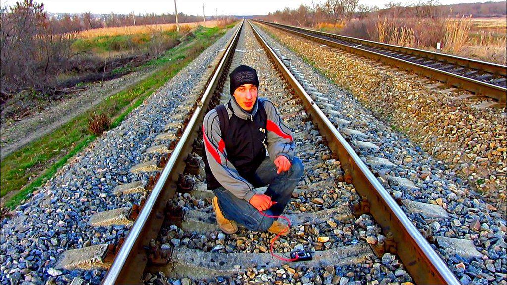 Uno de los youtubers del canal kreosan carga su móvil en las vías del tren