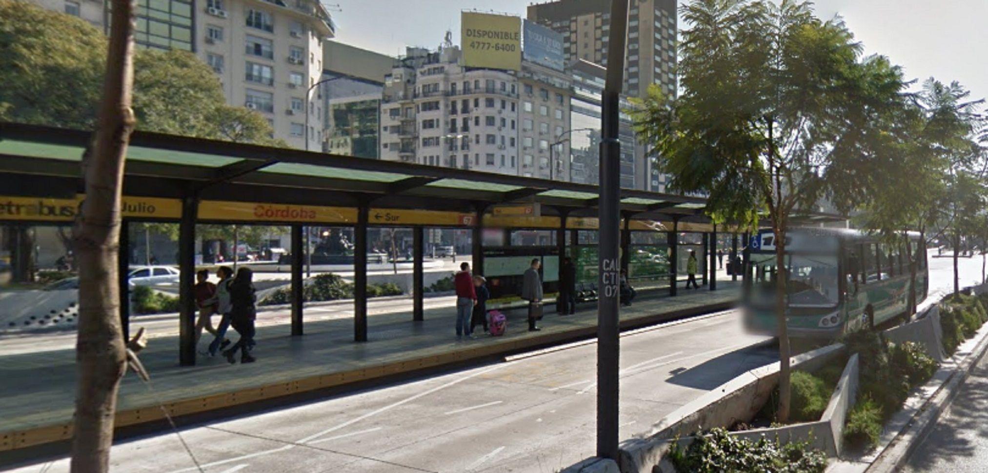Una mujer fue golpeada en la para del Metrobus