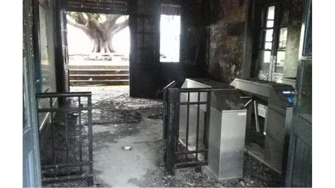 Un incendio afectó las boleterías de la estación Pueyrredón