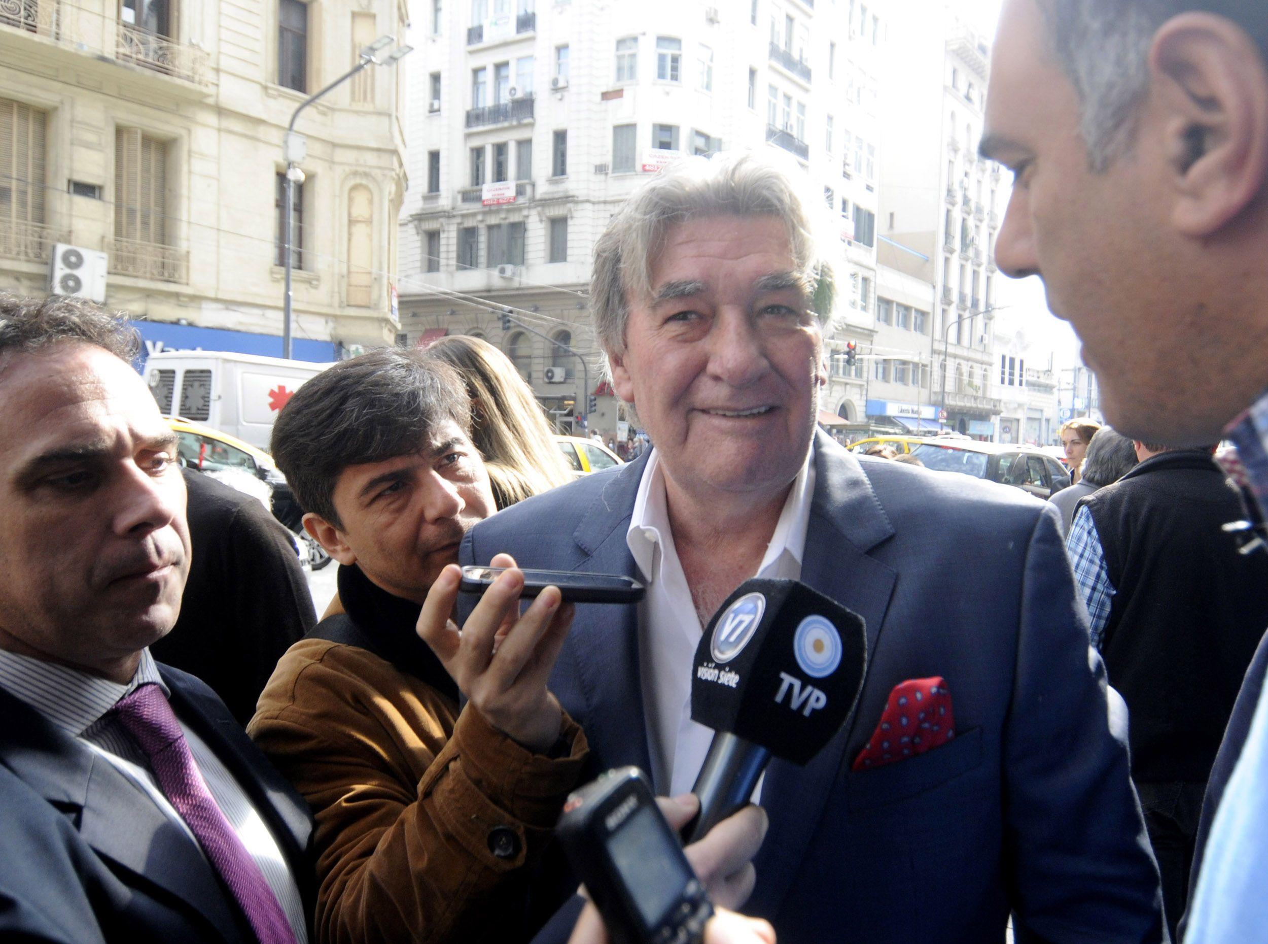 Armando Pérez hablando con la prensa