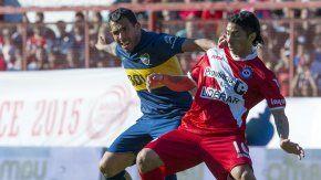 Luciano Cabral disputando una pelota con Carlos Tevez