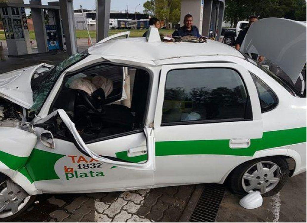 Un taxi se metió en una estación de servicio y chocó contra el surtidor. Gentileza: diario El Día