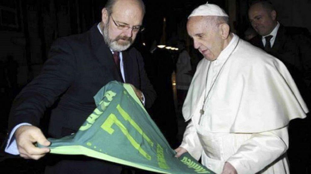 El Papa recibió la camiseta de Chapecoense