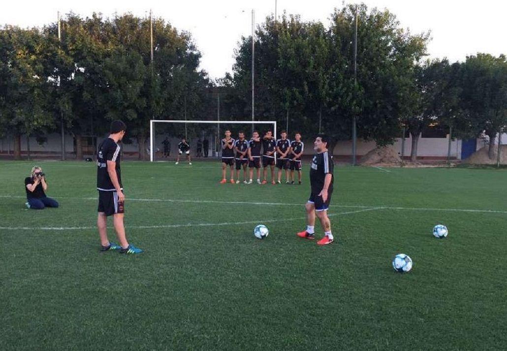 Maradona dio clases de tiros libres a Deportivo Diestra - Crédito: Ole