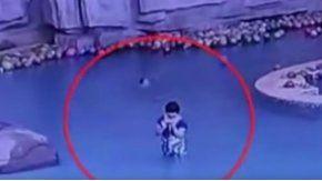 El video muestra a la mujer atenta a su celular mientras su hijo se ahoga por detrás