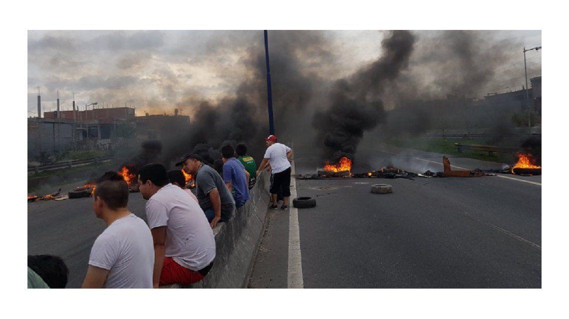 Vecinos de Villa Fiorito cortan totalmente Camino Negro al 4300