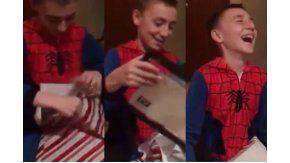 Emotiva reacción de un niño por su regalo de Navidad