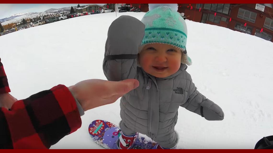 Mirá a una beba de un año hacer snowboard