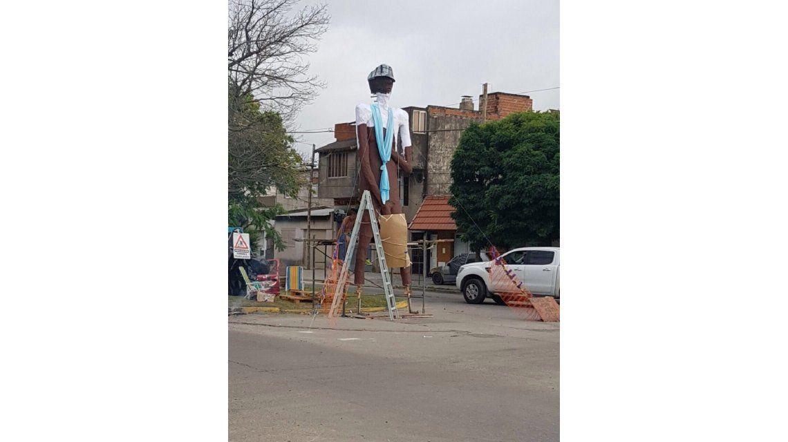 El Negro de WhatsApp presente en la quema de muñecos de La Plata