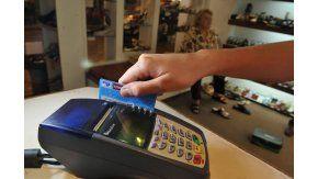 Todos los comercios deberán aceptar tarjeta de débito
