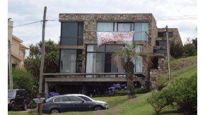 Cartel Acá también robaron en Punta del Este. Gentileza: diario El País