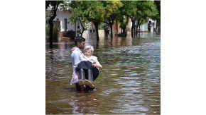 Andrés sacando a su abuela del agua. Crédito: Instagram @95clarck