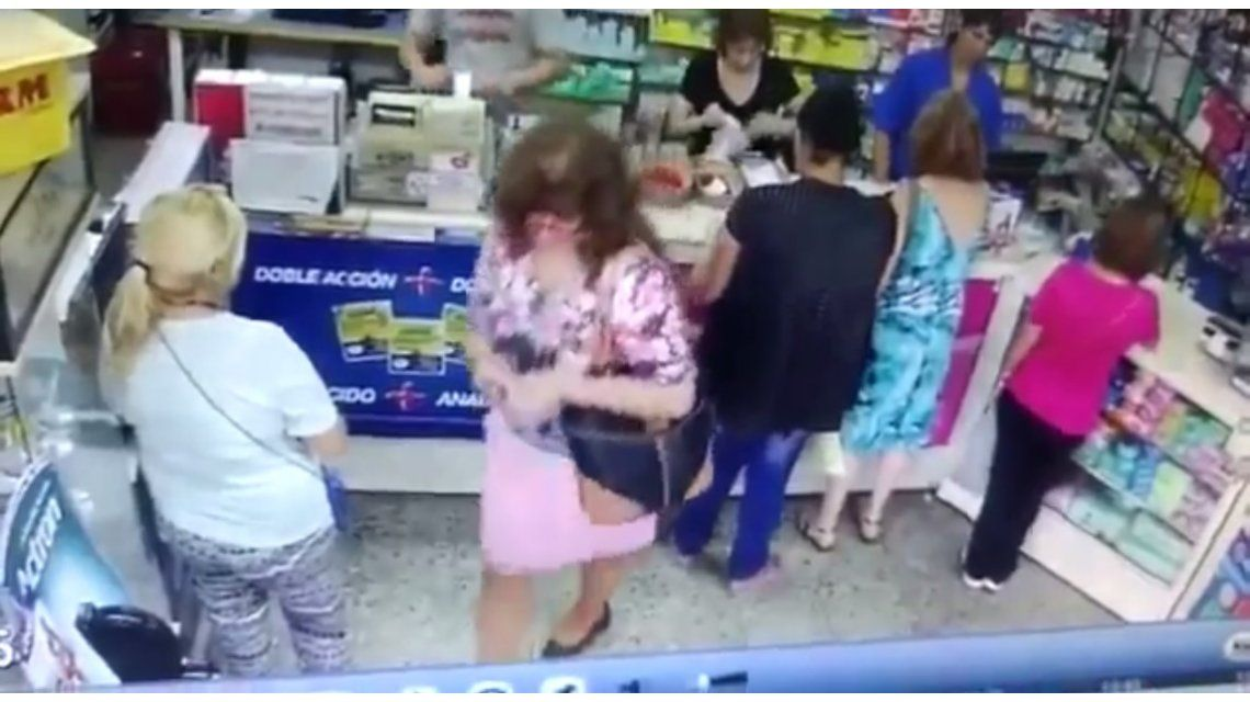 Descuidista y víctima frente a la cámara de seguridad