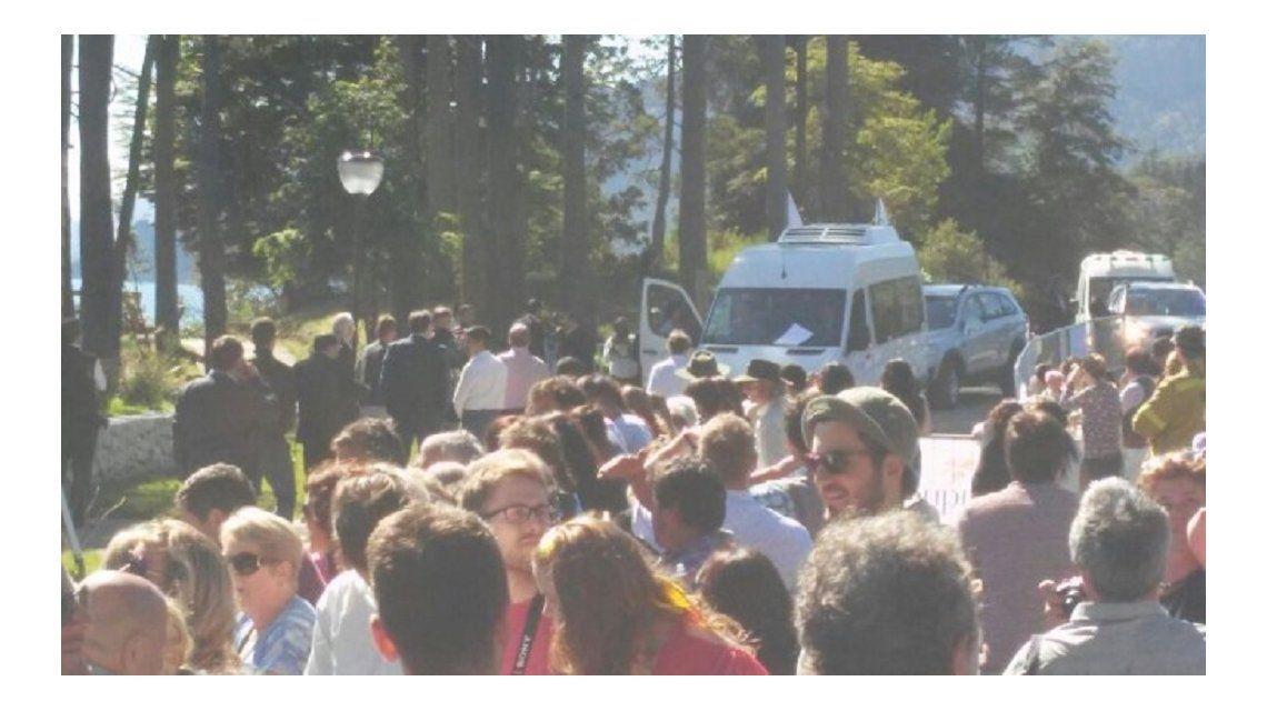 La camioneta que trasladó a Macri fue atacada a piedrazos en Villa Traful.