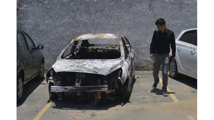 Así quedó el auto del embajador griego