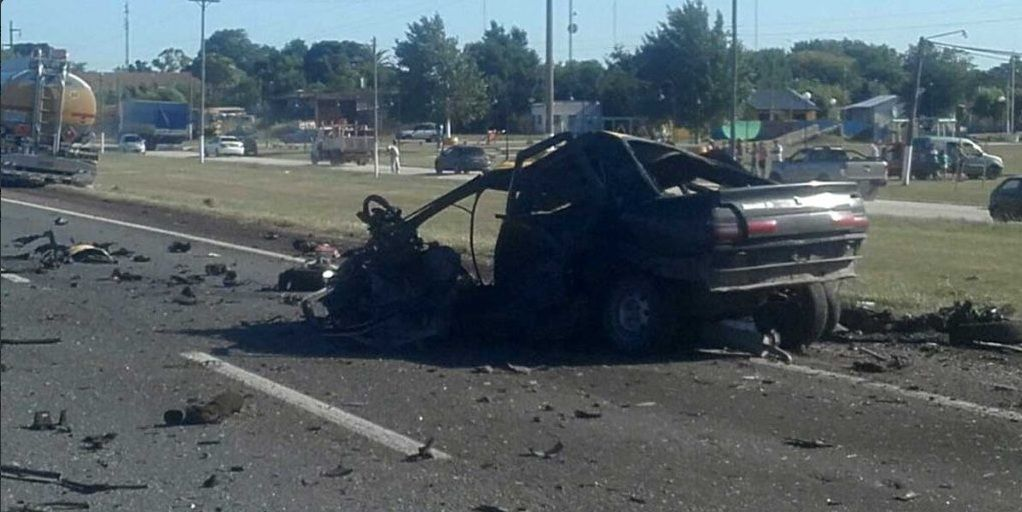 Así quedó el auto tras chocar contra un camión