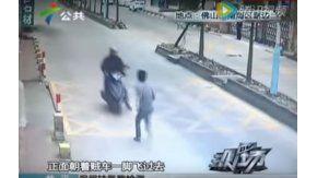 Le pegó una patada voladora al delincuente que le había robado el celular y lo tiró de la moto