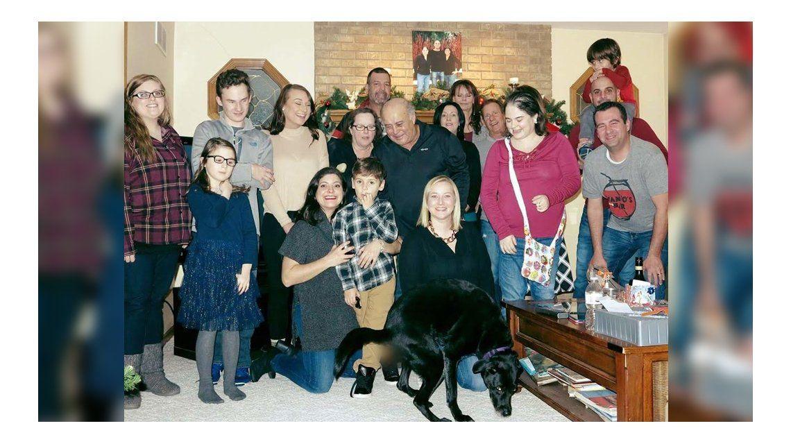 Querían una foto grupal para Navidad y el perro aportó su regalo