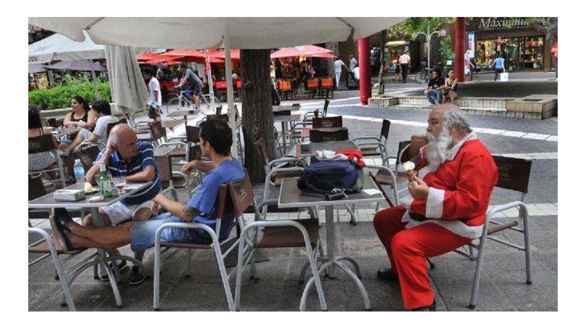 Papá Noel toma un helado por el calor