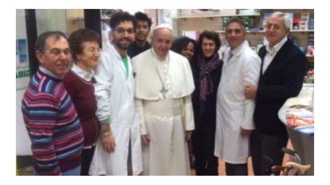 Los empleados del lugar aprovecharon la oportunidad y se sacaron una foto con el Sumo Pontífice