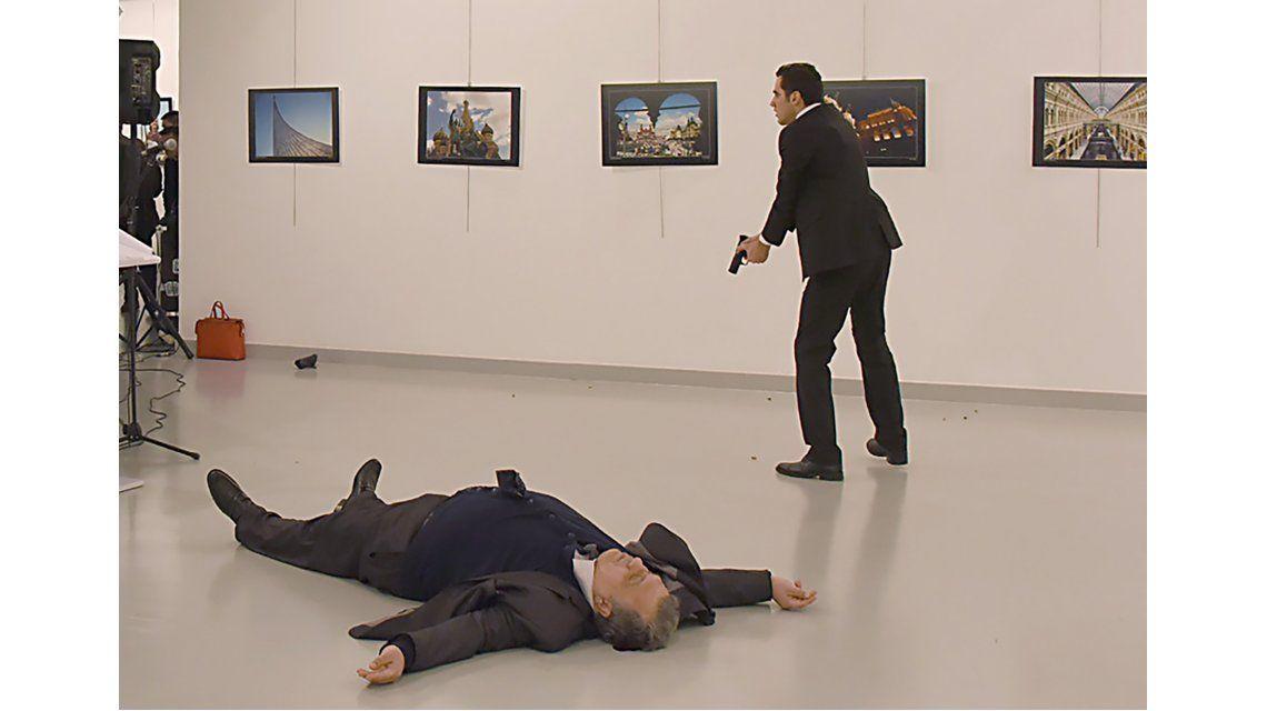 El momento del ataque al embajador ruso