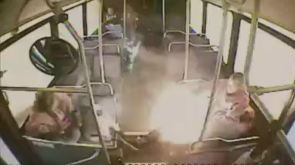 El cigarrillo explotó en el bus