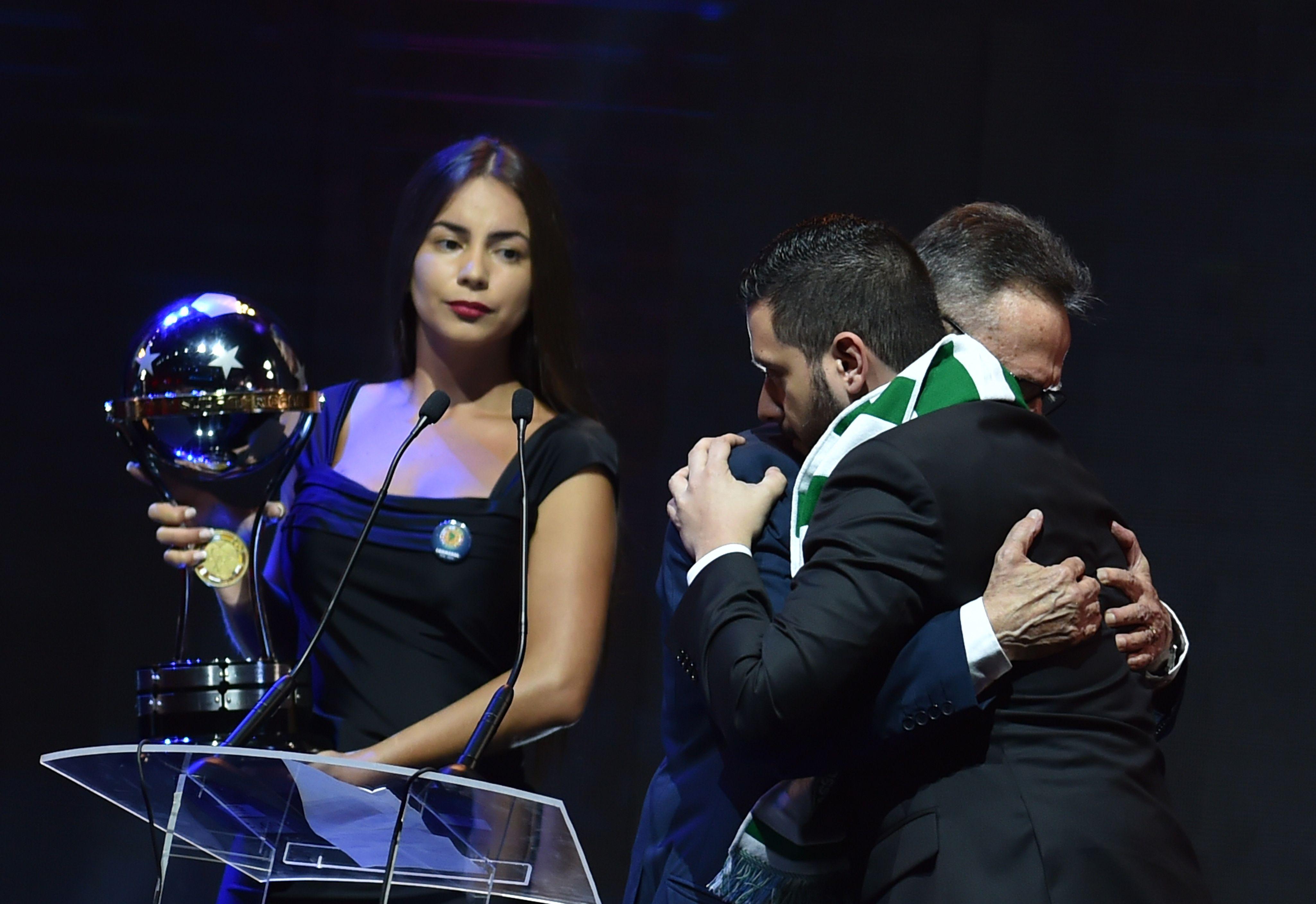El presidente del Chapecoense Plinio De Nés recibe la Copa Sudamericana junto al representante del Atlético Nacional de Medellín