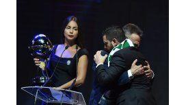El presidente del Chapecoense Plinio De Nés recibe la Copa Sudamericana junto al representante del Atlético Nacional de Medellín, Daniel Jiménez Ochoa