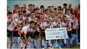 El plantel del River, con el cheque de campeón de Copa Argentina