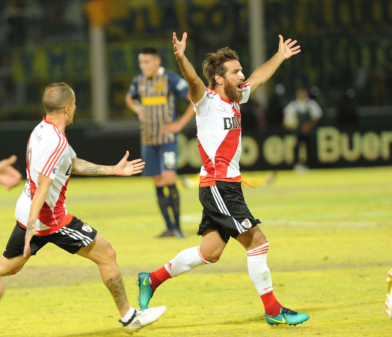 Leonardo Ponzio celebra junto a Andrés Dalessandro
