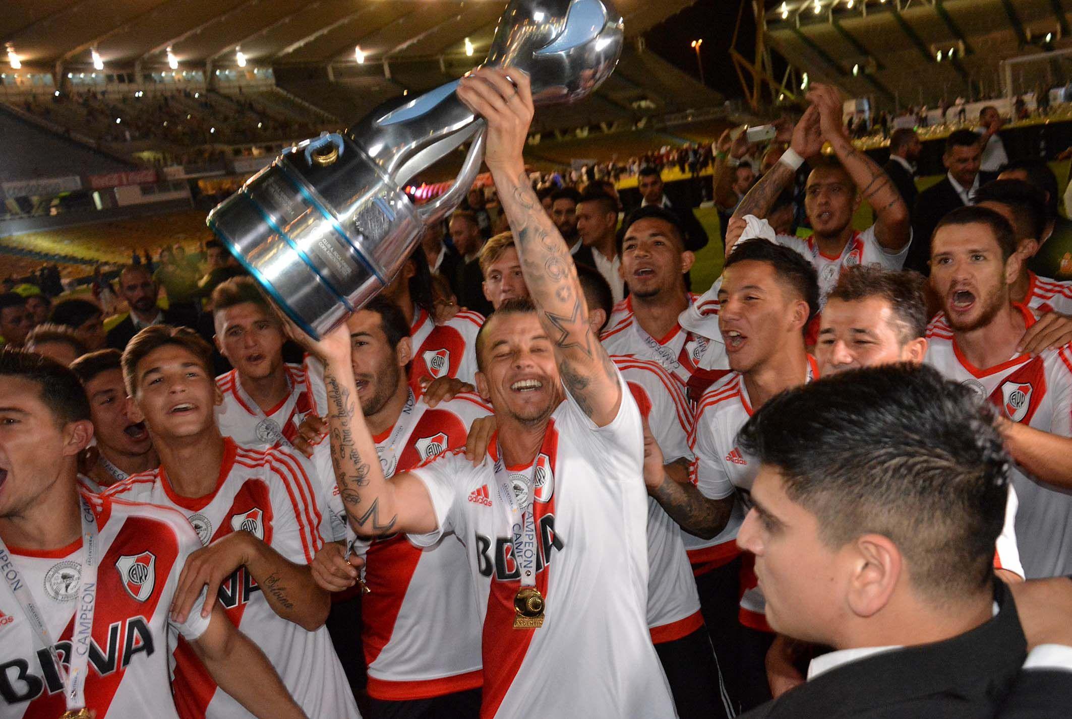 D´Alessandro levantando la Copa Argentina