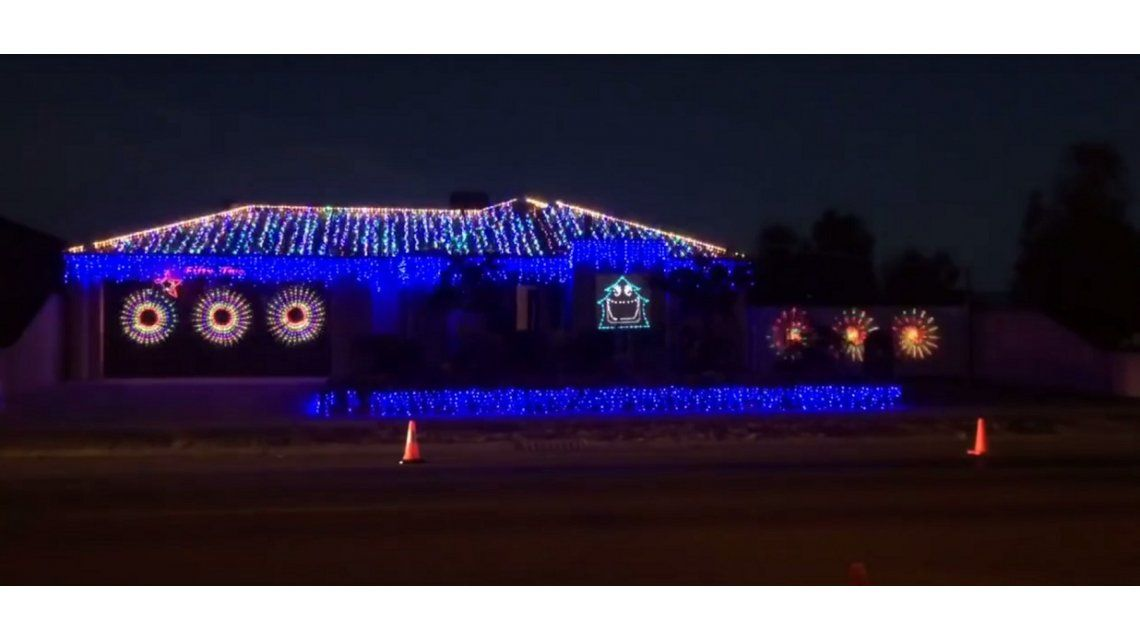Luces navideñas que se mueven al ritmo de Thunderstruck