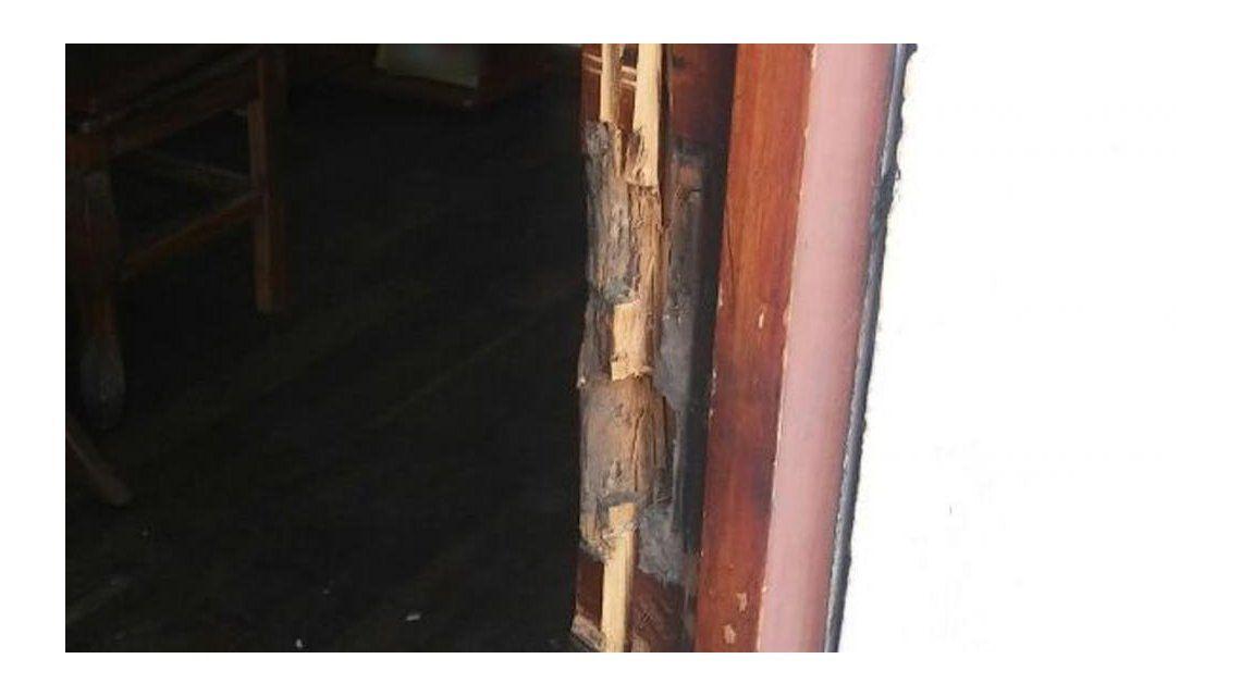 Llamó a la policía escondida debajo de la cama - Crédito: lavozdelinterior.com.ar