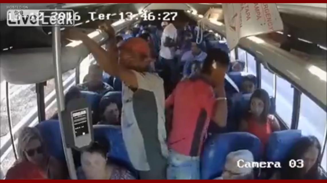 Le roban a los pasajeros de un colectivo con un cuchillo de cocina