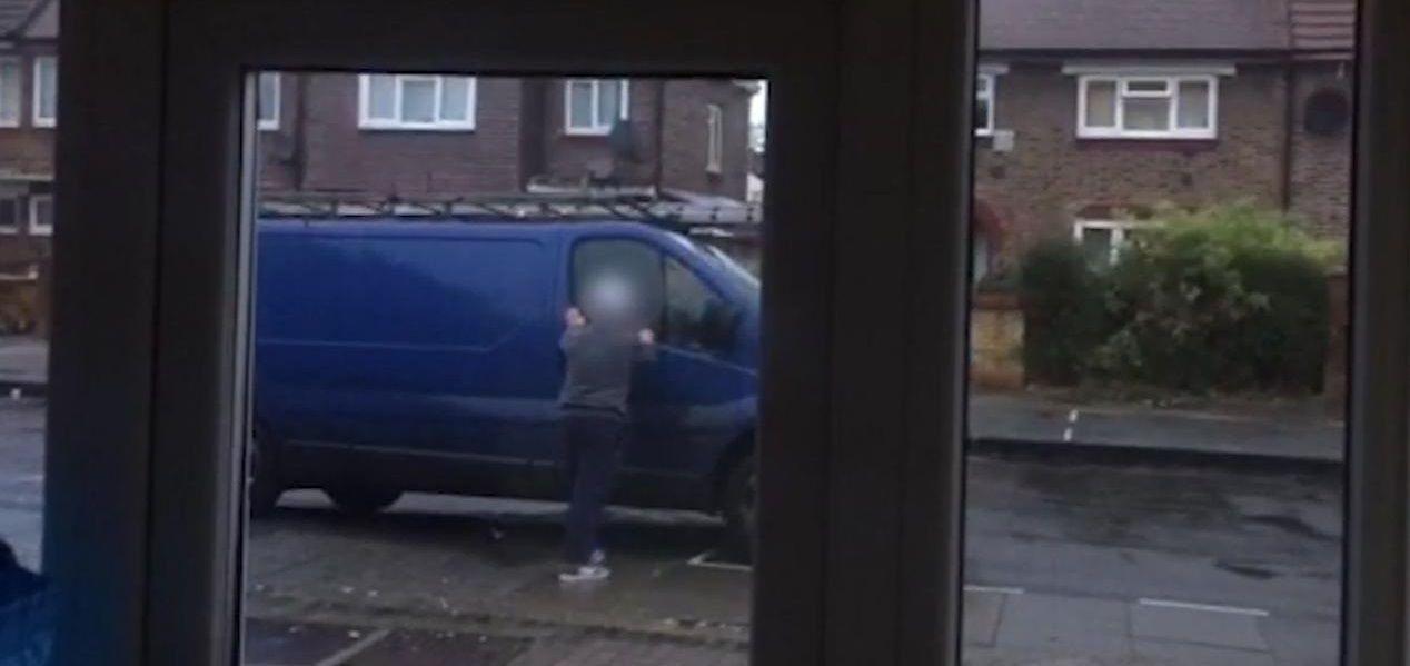 Un conductor de grúas le sacó las llaves a la camioneta que estacionó frente a su casa y filmó a su dueño desesperado buscándolas