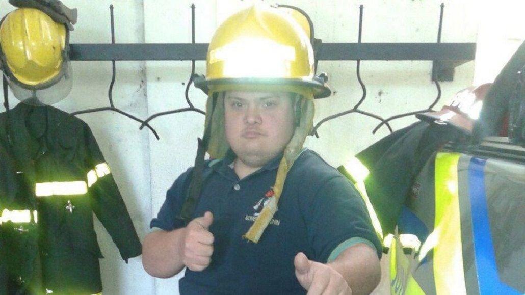 Alvaro Lafarge Sánchez con su atuendo de bombero