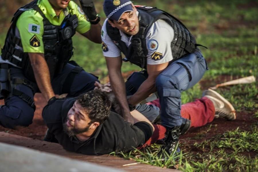 Un manifestante es reducido por la policía mientras protestaba contra el gobierno de Michel Temer