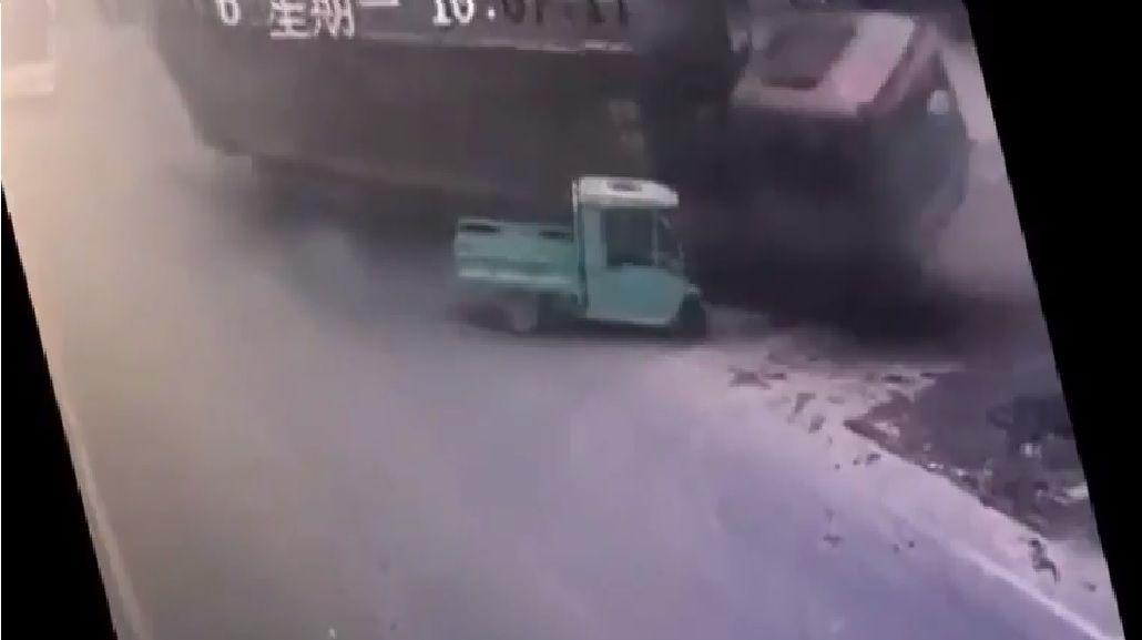 Terrible accidente: un camión volcó y terminó aplastando a un auto