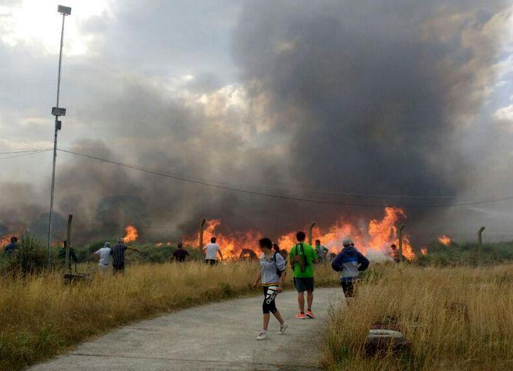Vecinos combaten el fuego en Cariló