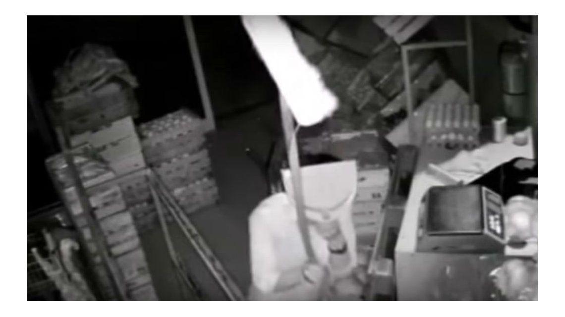un delincuente intentó esconderse de las cámaras de seguridad con una pala y una escoba