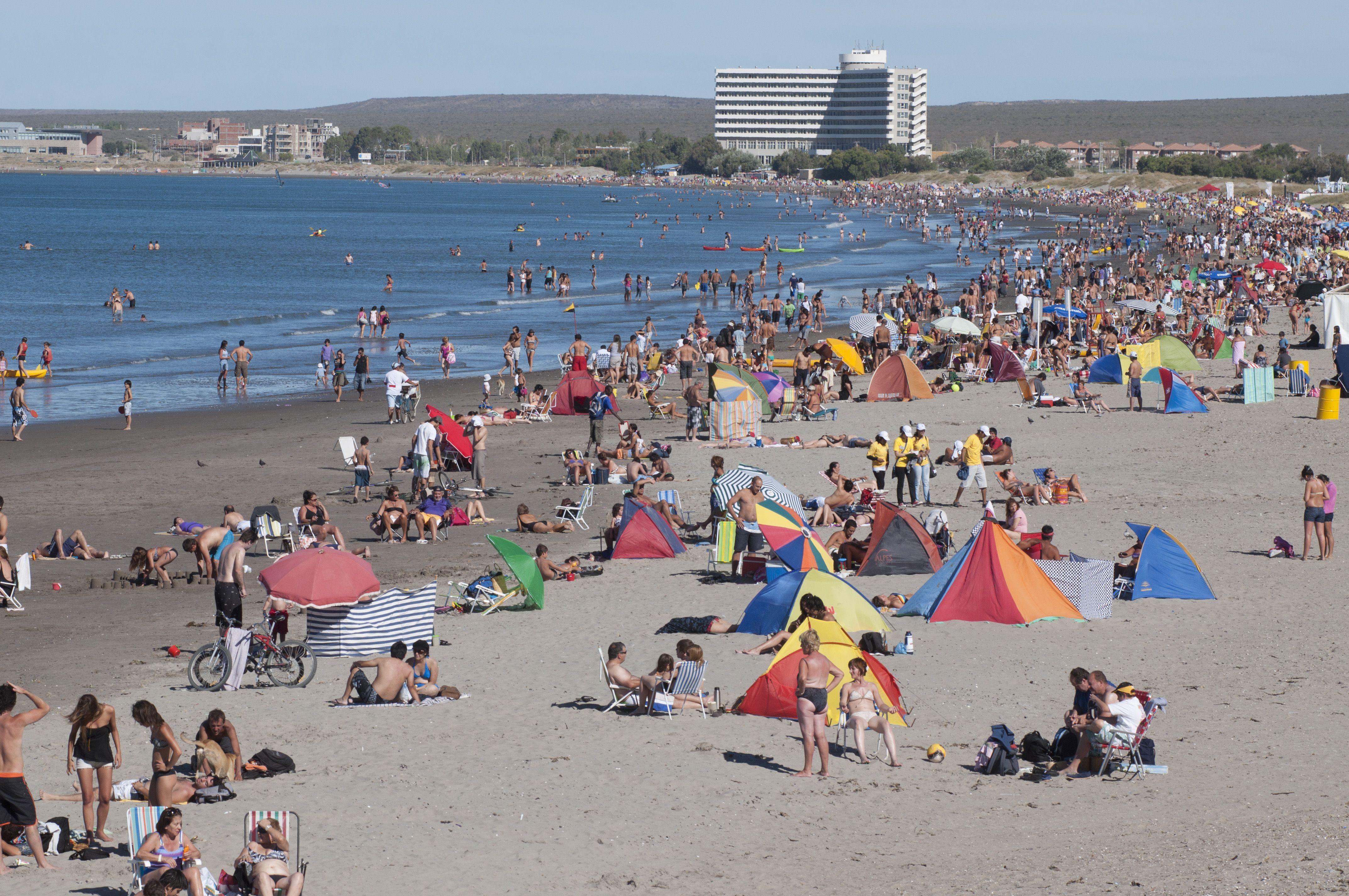 Los turistas disfrutan de las playas de Madryn