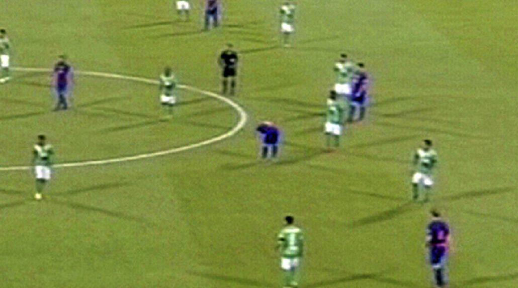 ¿Otra vez? Lionel Messi volvió a vomitar en medio de un partido
