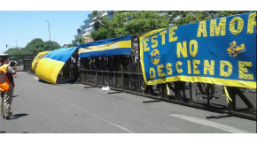 Banderas xeneizes decoran las vallas policiales