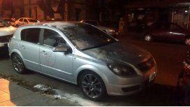 Vecinos destrozaron un auto que estaba mal estacionado