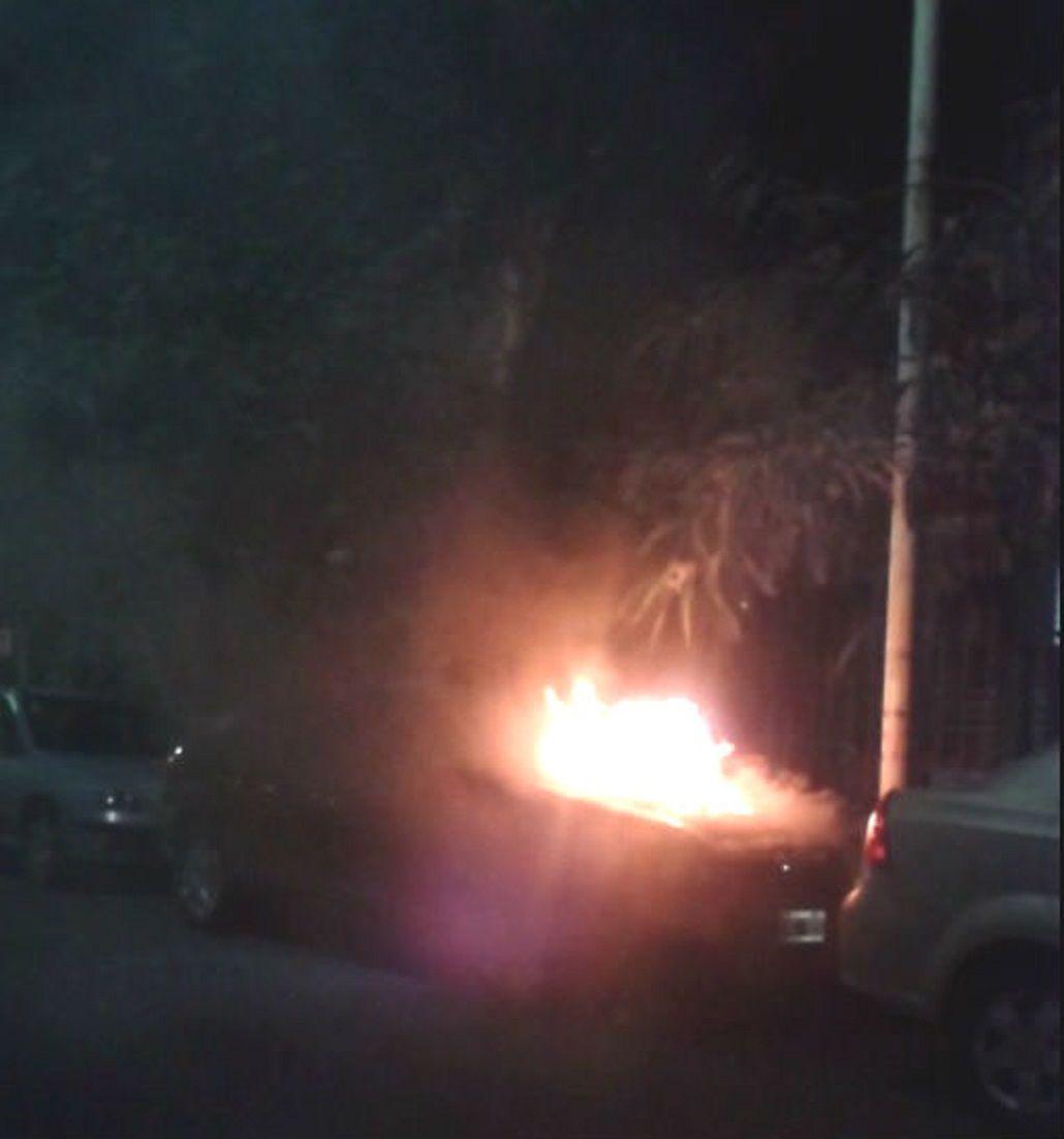 ¿Un nuevo ataque de quemacoches? Auto incendiado en Villa Urquiza