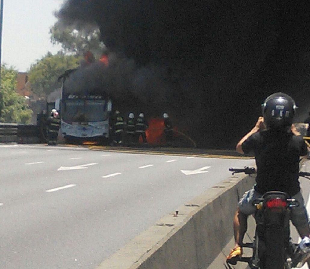 Un colectivo se incendió en plena General Paz.
