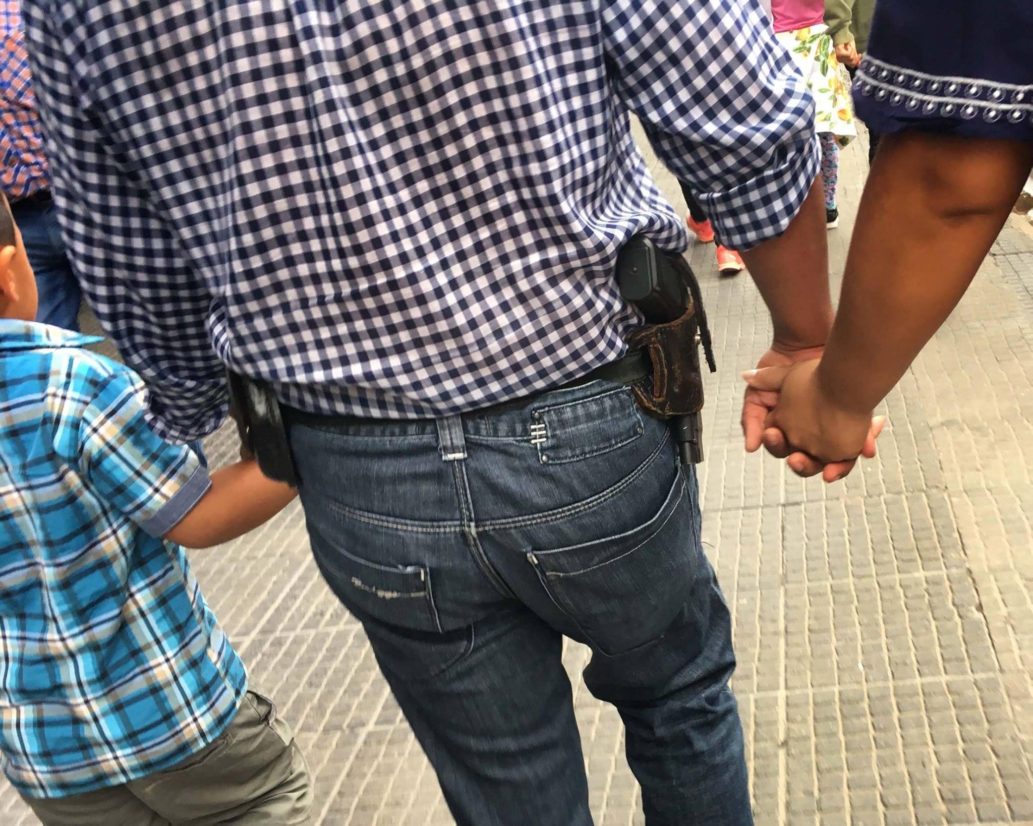 Un hombre camina armado en pleno centro de Tucumán.