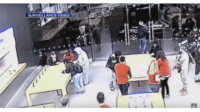 Dos grupos de delincuentes roban un local de Apple en segundos