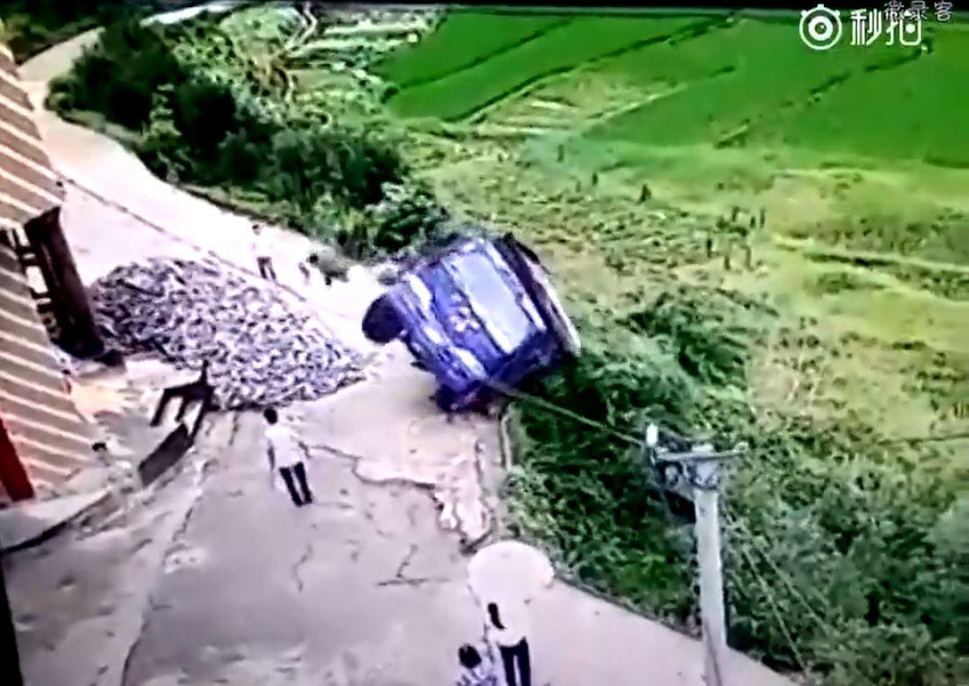 Saltó en el momento justo en el que su camión se cayó al barranco