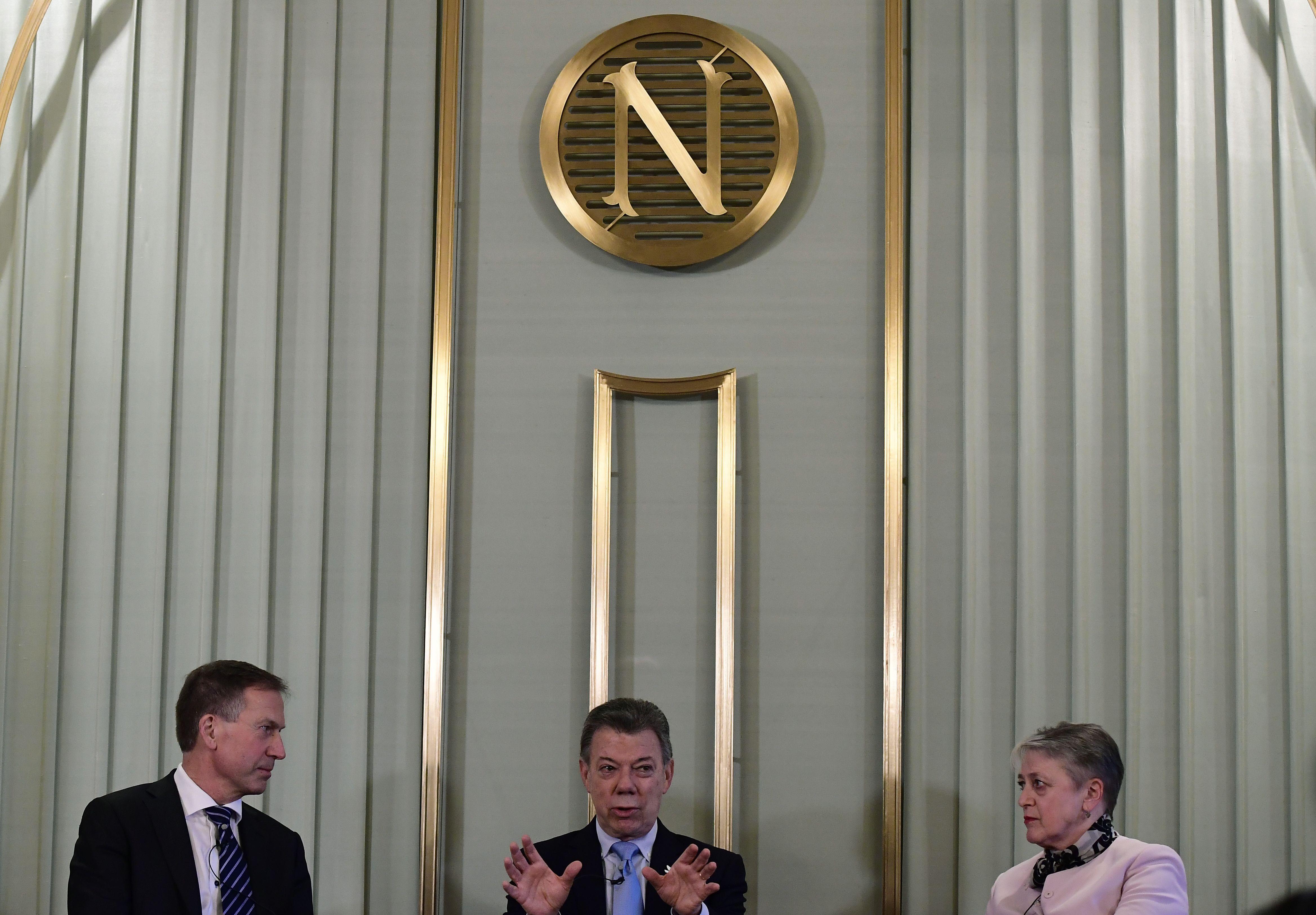 El presidente colombiano Juan Manuel Santos con los miembros del comité que otorga el Premio Nobel